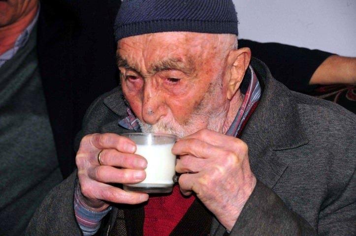 93 yaşındaki Mehmet dede odun kırıp, spor yapıyor