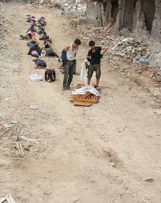 Teslim olan yaralı PKK'lıları Mehmetçik taşıdı