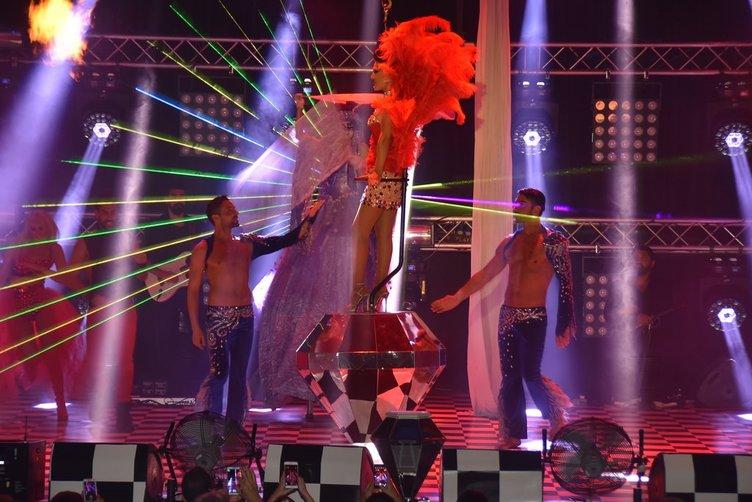 Demet Akalın sirkte uçtu!