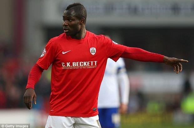 Taraftarın ırkçı tezahüratına tepki gösteren futbolcuya kırmızı kart