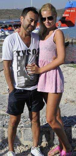 Serdar Ortaç ve eşi özel uçakla geri döndü