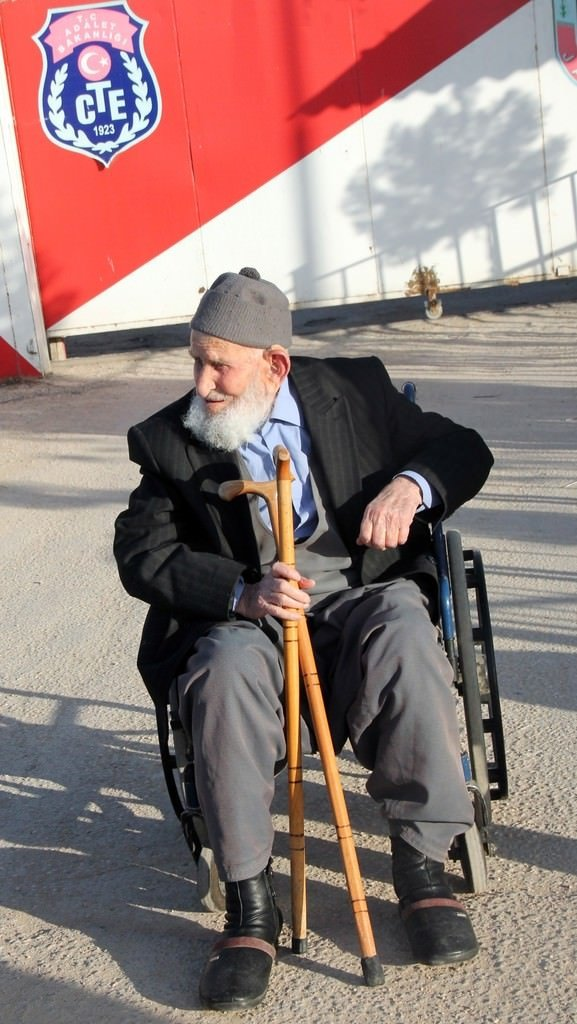 O 'dede' tahliye edildi: Aslında 111 yaşındaymış