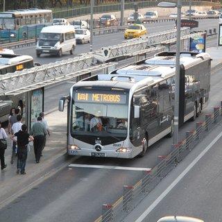 Metrobüs durağında bomba paniği!