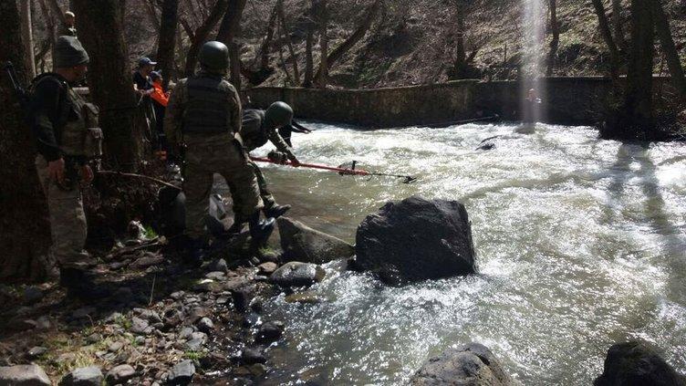 Muş'ta PKK'lının silahları derede arandı!