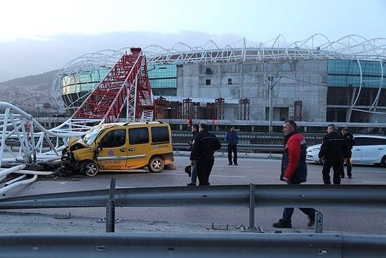 Timsah Arena'nın vinci taksinin üzerine devrildi