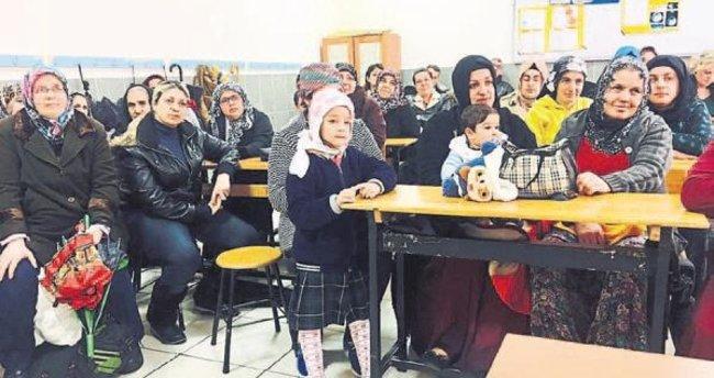 Yazar Canan Çam İzmir'de ebeveynlerle buluşuyor