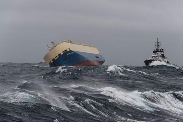 Okyanusta sürüklenen gemi kontrol altında
