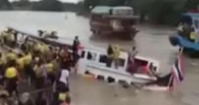 Taylandlı Müslümanları taşıyan feribot battı 13 ölü