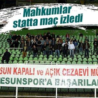 Mahkumlar stadyumda maç seyretti