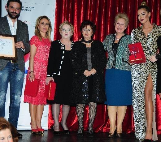Türk Kalp Vakfı Gecesi'nde bacak şov!