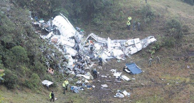 Futbolcuları taşıyan uçak dağa çakıldı
