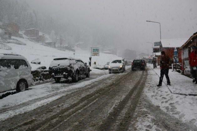 Ağrı'daki kar yağışı  trafiği ulaşıma kapadı