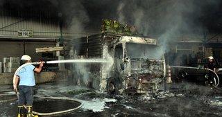 Sebze yüklü kamyon cayır cayır yandı