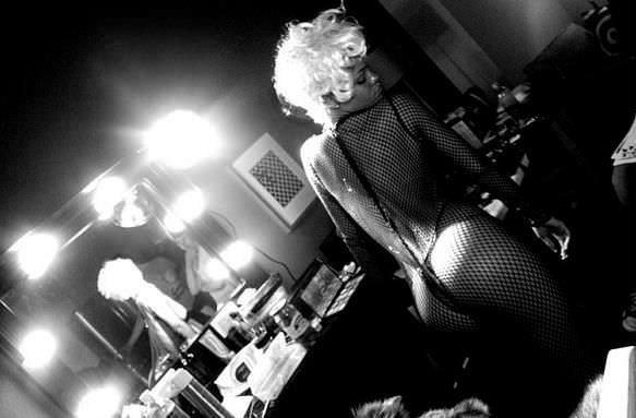 Rihanna pembe kaşlarıyla şaşırttı