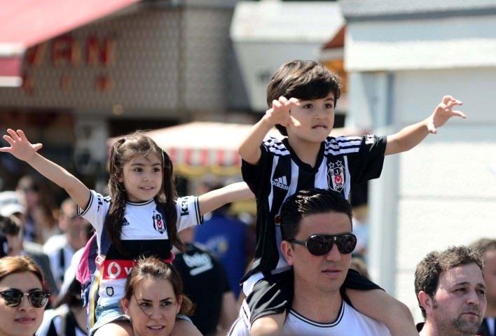 Beşiktaş taraftarı kutlamalar için Köyiçi'nde toplandı