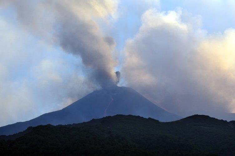 Etna alev püskürtüyor