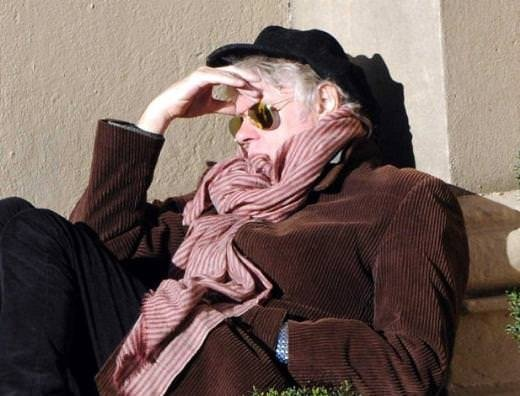 Ünlü şarkıcı sokakta uyuyakaldı