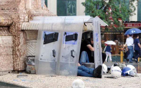 Taksim'deki polislerin iç burkan görüntüsü