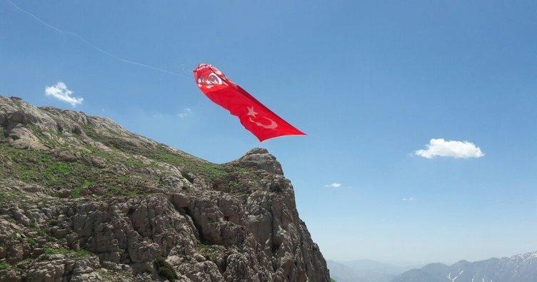 Şehitlerin isimleri Kato'nun zirvesine dikilen bayrağa yazıldı
