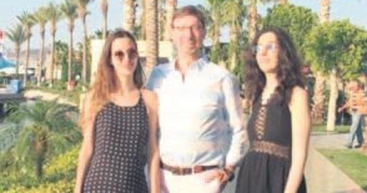 Profesör kızlarıyla tatile çıktı