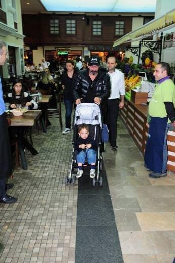 Cem Yılmaz ile oğlu Kemal'in et ziyafeti