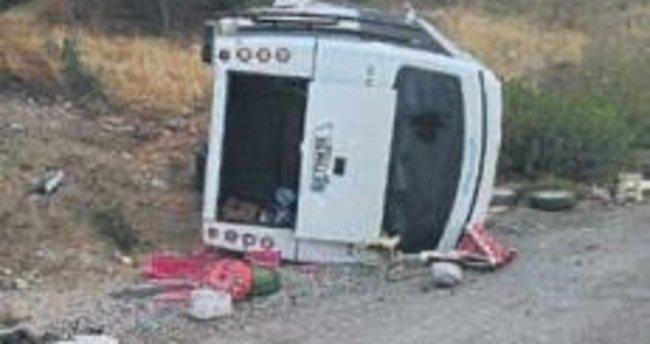 Bornova'da midibüs devrildi: 8 yaralı var