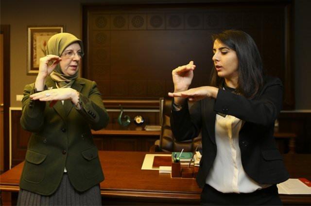 Sema Ramazanoğlu işaret dilini öğreniyor