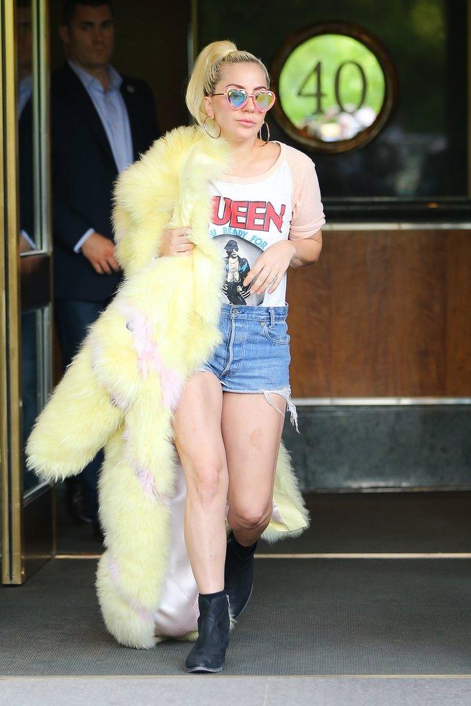 Lady Gaga bakışlara aldırmadı!