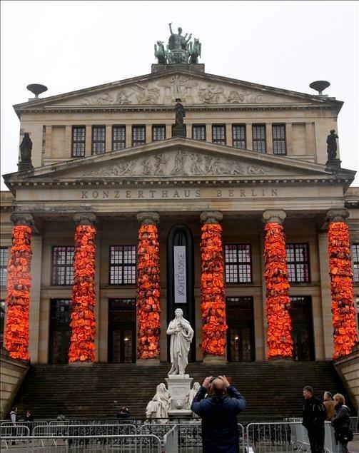 Berlin Konser Evi sütunları can yelekleriyle donatıldı
