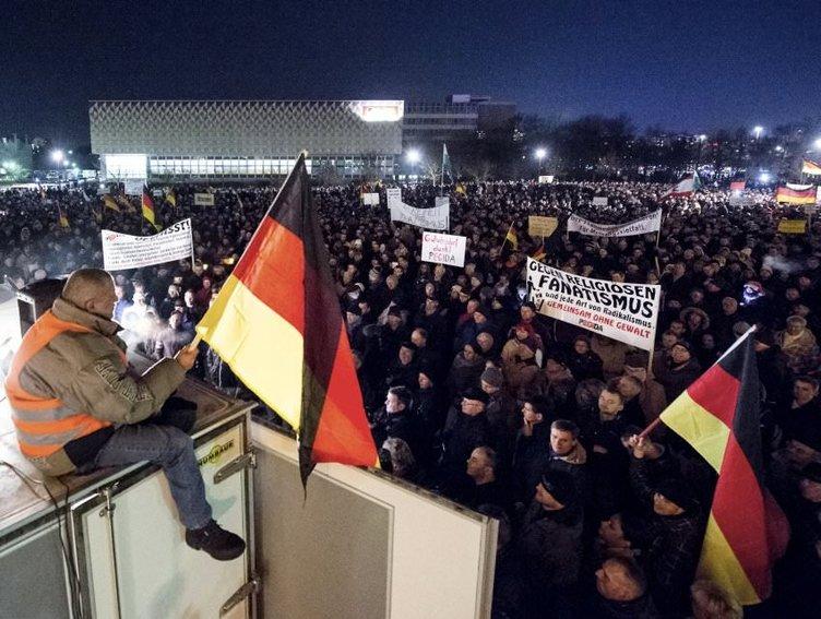 İslam'a karşı 10 bin ırkçı yürüdü