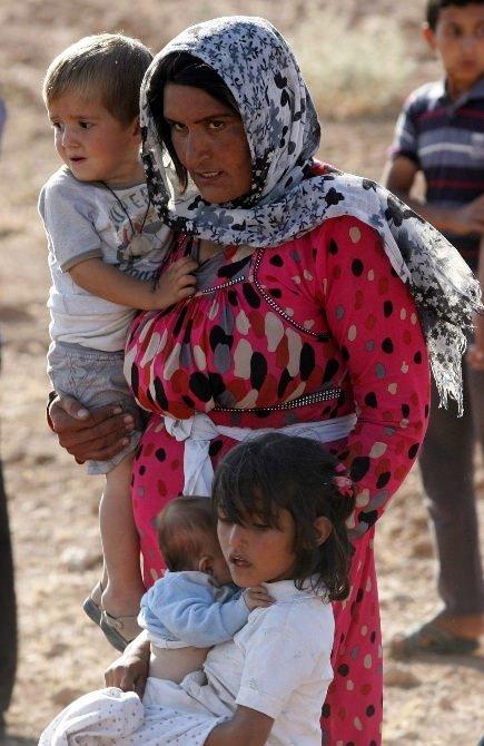 8 aylık kardeşini kilometrelerce taşıdı