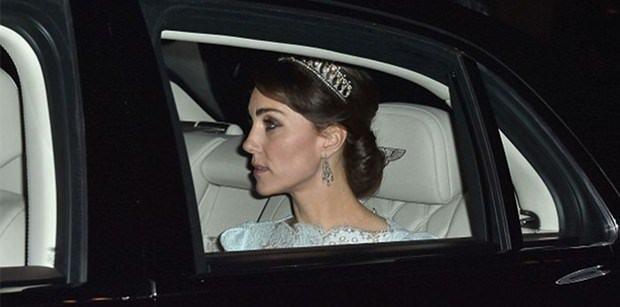 Lady Diana'nın tacını taktı