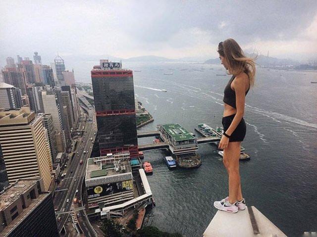 Dünyanın en tehlikeli selfielerini çekiyor