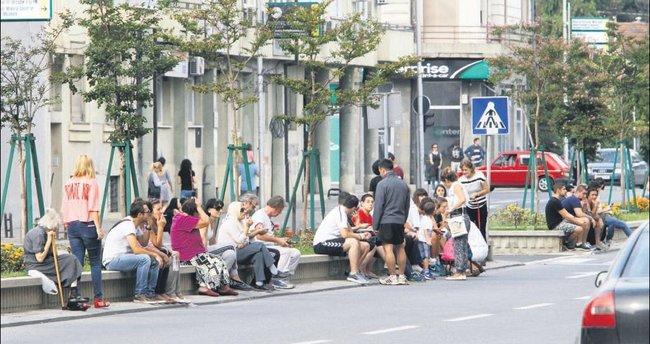 Depremler Üsküp'ü sokağa döktü