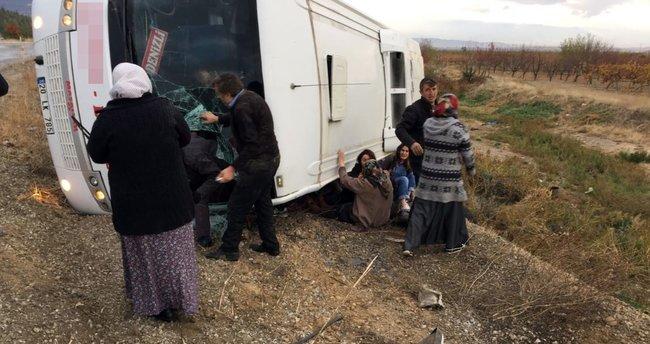Denizli'de yolcu otobüsü devrildi: 2 ölü, 19 yaralı