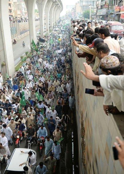 Pakistan darbeye karşı ayakta