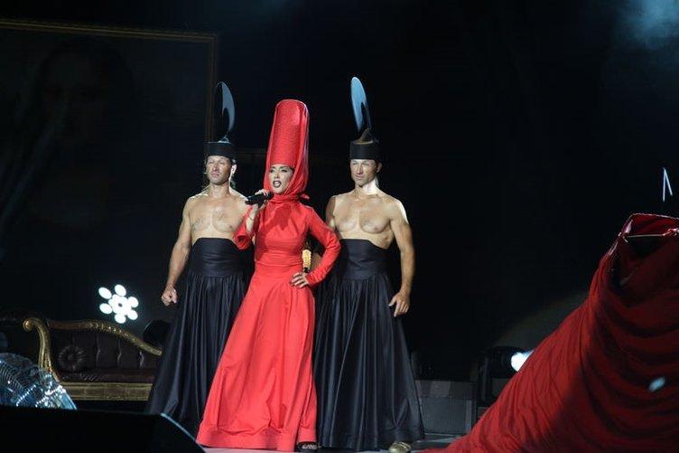 Hande Yener'den ilginç sahne kostümü