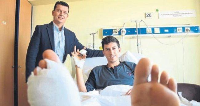 Ayaklarındaki iki parmağı, eline dikildi