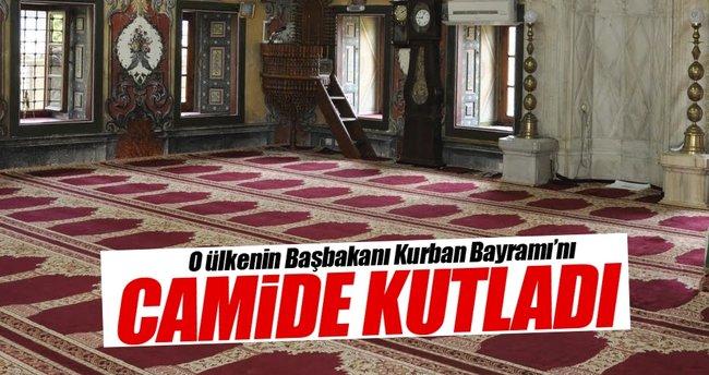 O ülkenin Başbakanı Kurban Bayramı'nı camide kutladı
