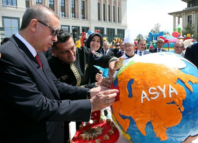 Erdoğan çocuklara Cumhurbaşkanlığı Külliyesi'ni gezdirdi