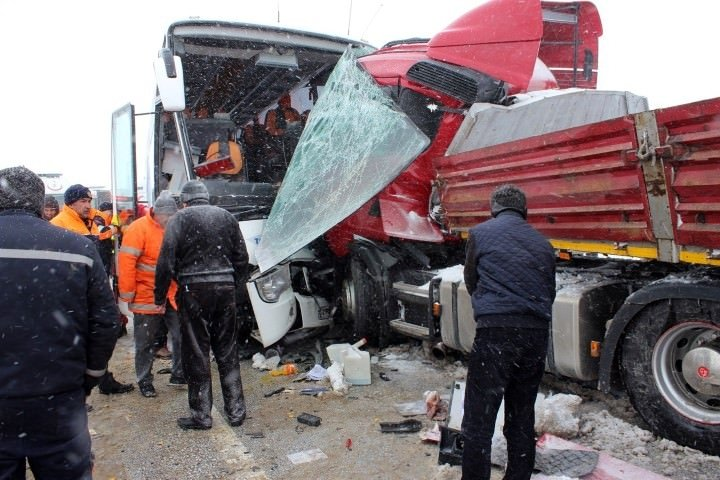 Yolcu otobüsleri devrildi: Çok sayıda yaralı var!