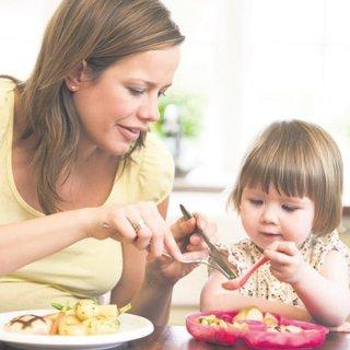 Çocuğa TV karşısında veya oyunla yemek yedirmeyin