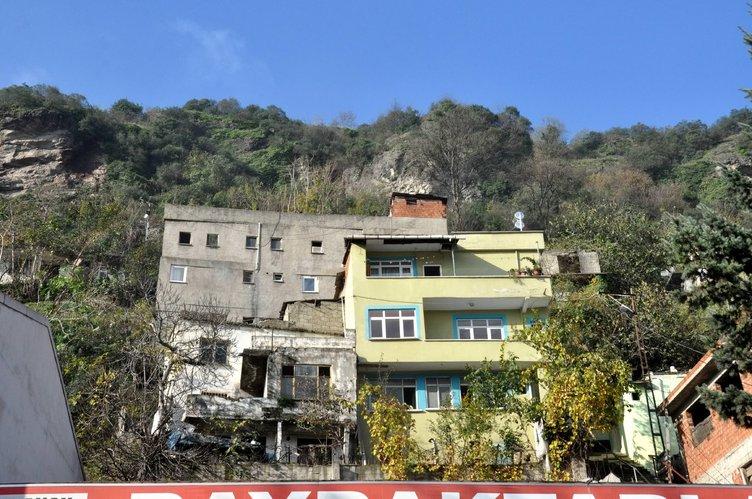 Yamaçtan kopan kayalar evlerin üzerine düştü