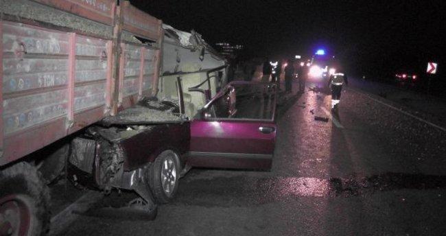 Otomobil, traktör römorkuna çarptı