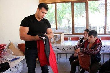 """Milli güreşçi Kayaalp'ten """"geleceğin şampiyonlarına"""" yardım"""