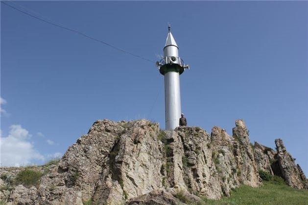 Minareleri farklı yerlerde olan cami