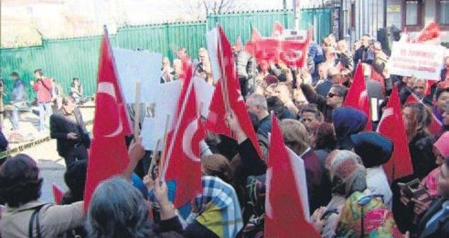 Şehit ve gazi yakınları Fransa'yı protesto etti