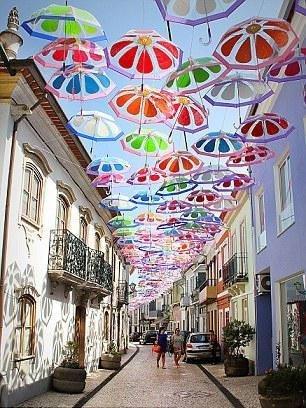 Gökyüzünde şemsiye seli
