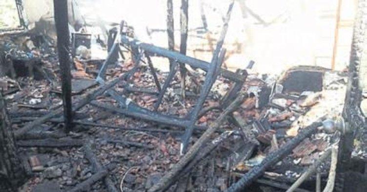 Manisa'da yanan ev küle döndü