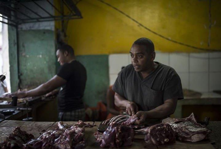 Küba'da halk karne ile alışveriş yapıyor